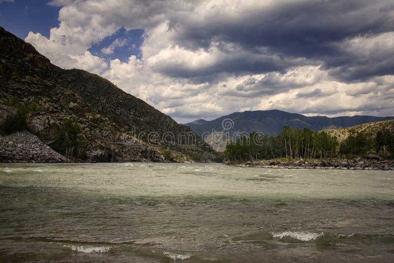 Paisaje del panorama de River Valley de la montaña Cielo azul y nubes imagenes de archivo