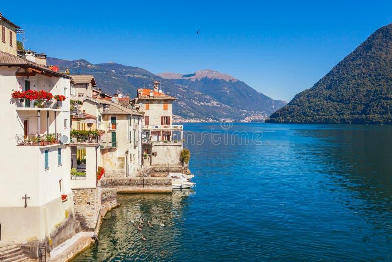Paisaje del panorama en el lago hermoso Como en Brienno, Lombardía, Italia Peque?a ciudad esc?nica con las casas tradicionales y  imagen de archivo libre de regalías