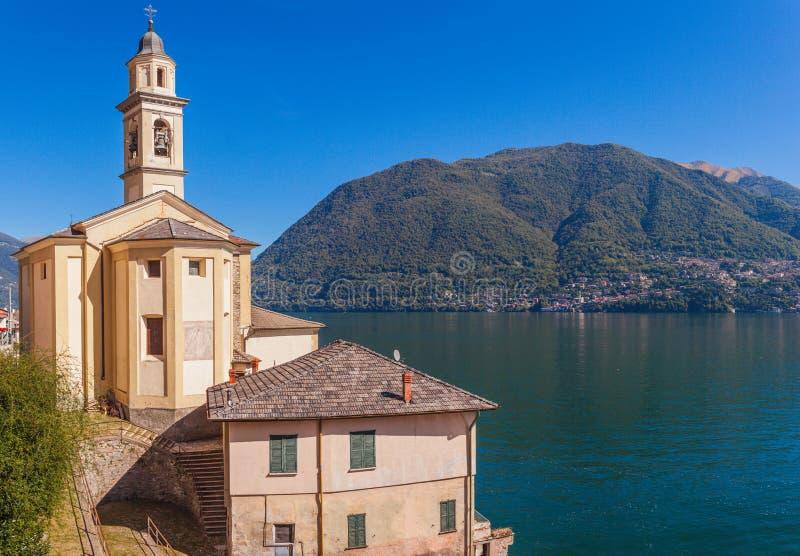 Paisaje del panorama en el lago hermoso Como en Lombardía, Italia Peque?a ciudad esc?nica con las casas tradicionales y agua azul fotos de archivo