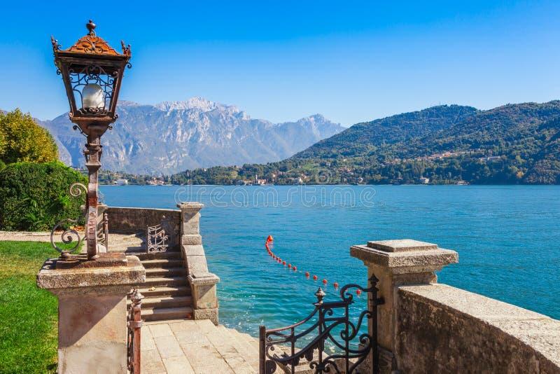 Paisaje del panorama en el lago hermoso Como en Tremezzina, Lombard?a, Italia Peque?a ciudad esc?nica con las casas tradicionales imagen de archivo