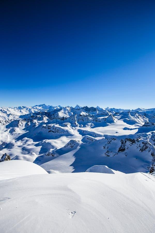 Paisaje del panorama del invierno de Mont Fort y de Cervino famoso, abolladura d 'Herens, Dents de Bouquetins, Weisshorn; Tete Bl fotografía de archivo libre de regalías