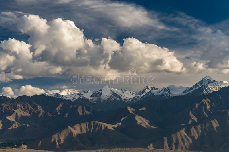 Paisaje del pico de la gama de Everest de la montaña con las nubes dramáticas imagenes de archivo