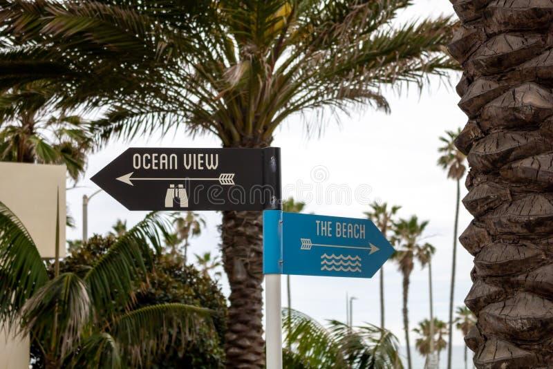 Paisaje del poste de muestra de la playa y del océano imágenes de archivo libres de regalías