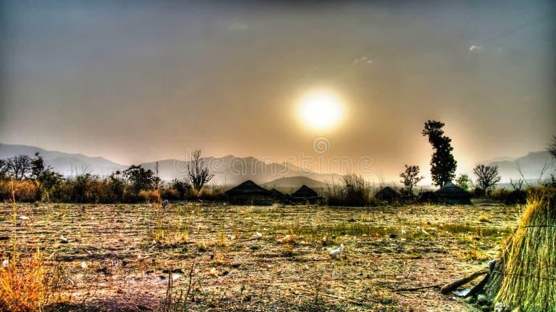 Paisaje del pueblo de la tribu en la puesta del sol, Poli, el Camerún del fulani de Mbororo aka foto de archivo libre de regalías
