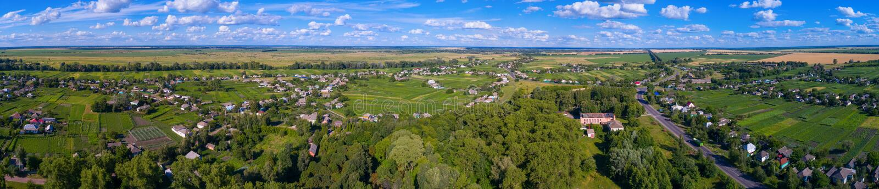 Paisaje del pueblo de una altura imagen de archivo