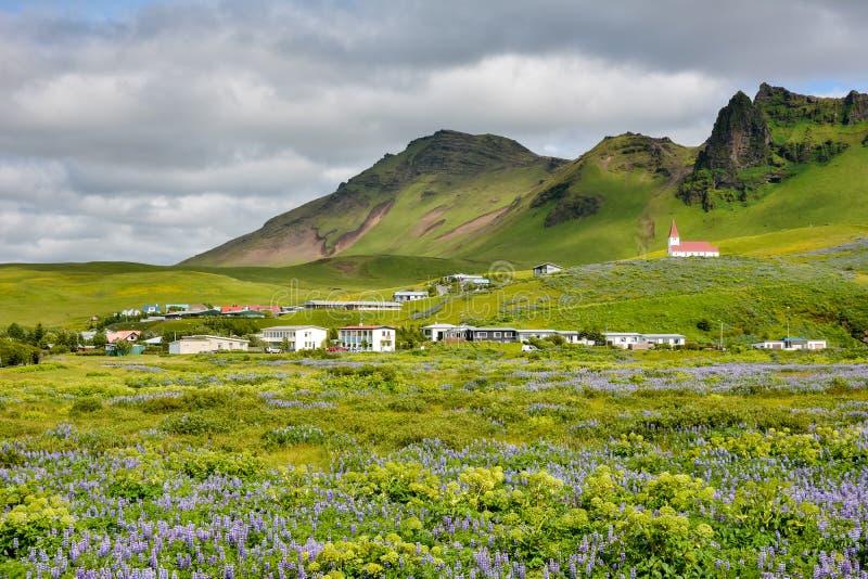 Paisaje del pueblo de Vik, Islandia con la iglesia de Myrdal imágenes de archivo libres de regalías