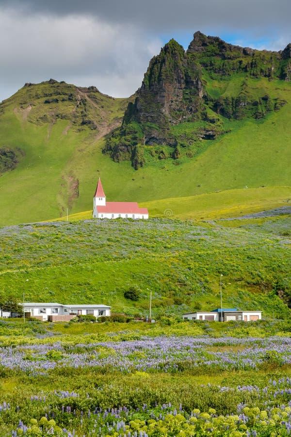 Paisaje del pueblo de Vik, Islandia con la iglesia de Myrdal fotografía de archivo libre de regalías