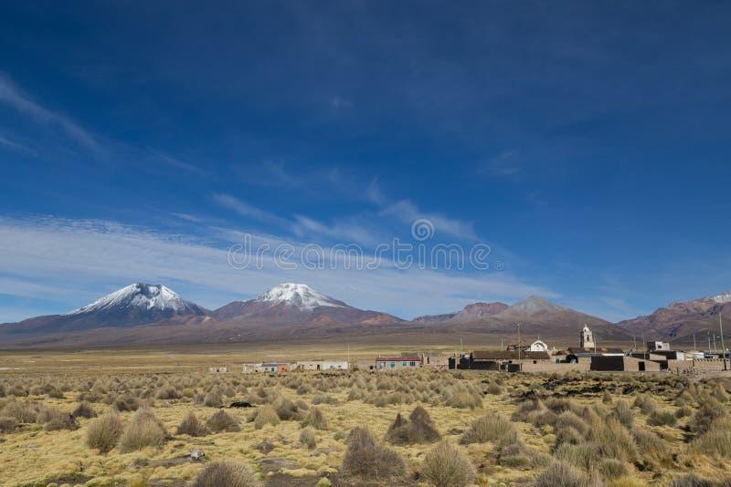 Paisaje del pueblo y del volcán de Sajama, Bolivia fotos de archivo libres de regalías