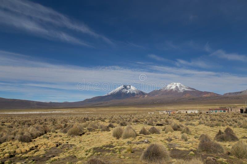 Paisaje del pueblo y del volcán de Sajama, Bolivia foto de archivo libre de regalías