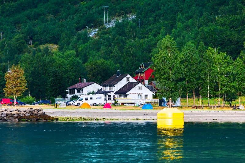 Paisaje del pueblo y del fiordo de Noruega en Flam foto de archivo