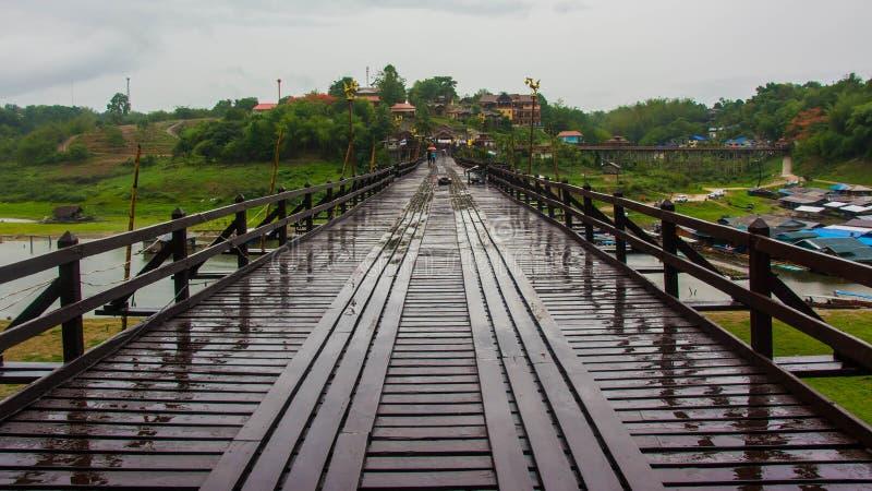 Paisaje del puente enselvado sobre el río (puente de lunes) en el distrito de Sangkhlaburi, Kanchanaburi, Tailandia imagen de archivo libre de regalías