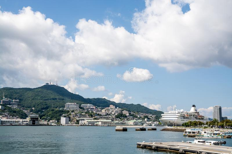 Paisaje del puerto con un barco de cruceros grande en Nagasaki, Kyushu, Japón imagen de archivo
