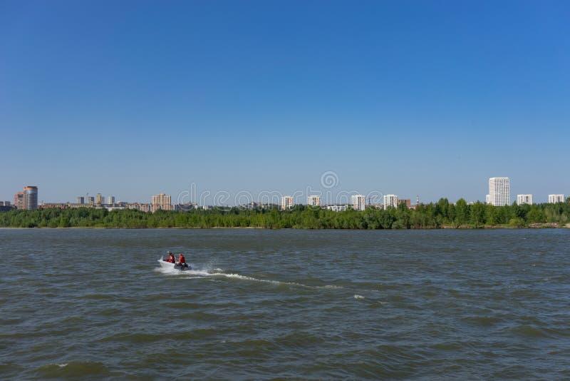 Paisaje del río con un barco en la superficie del agua foto de archivo libre de regalías