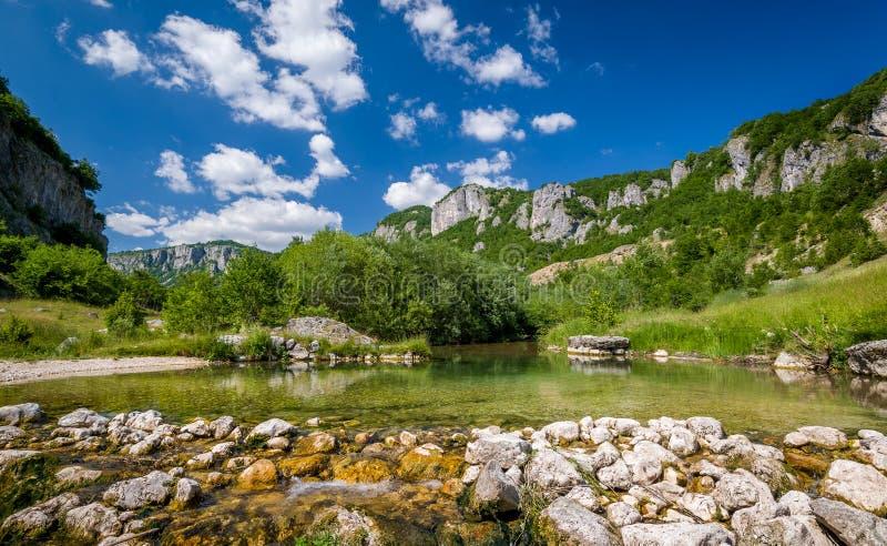 Paisaje del río de la montaña del barranco de Nevidio fotos de archivo