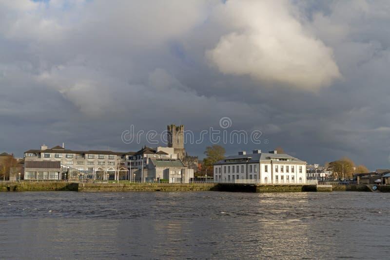 Paisaje del río de Shannon de la ciudad de la quintilla fotografía de archivo libre de regalías