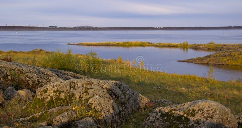 Paisaje del río del otoño fotografía de archivo