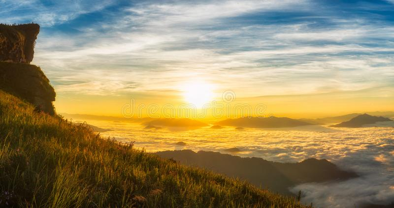 Paisaje del sol ligero de la mañana con niebla en la ji Fa de Phu en Chiang Rai, Tailandia fotografía de archivo libre de regalías