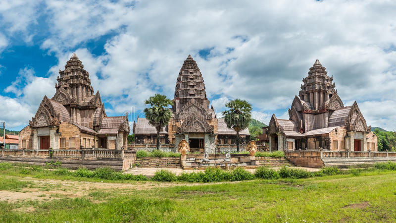 Paisaje del templo viejo cerca de las aguas termales de Thaweesin imagen de archivo