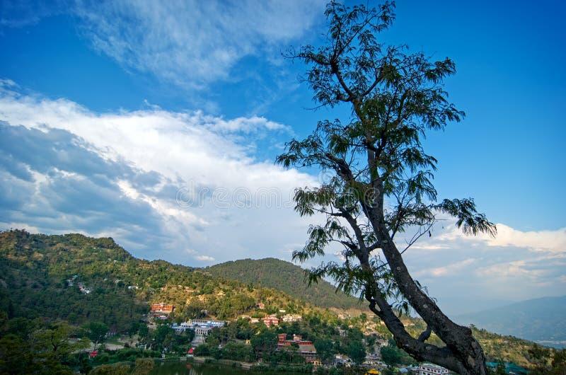 Paisaje del valle de Kullu en la manera al templo de Bijli Mahadev fotografía de archivo libre de regalías