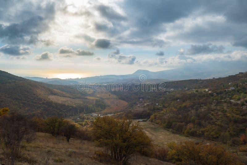 Paisaje del valle en el fondo de montañas azules y el mar del color oro fotos de archivo libres de regalías