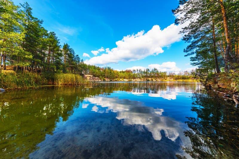 Download Paisaje Del Verano Del Barranco Y Del Lago Imagen de archivo - Imagen de lago, caída: 100531377