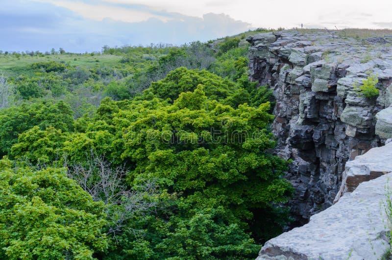 Paisaje del verano con el acantilado rocoso de la repisa imágenes de archivo libres de regalías