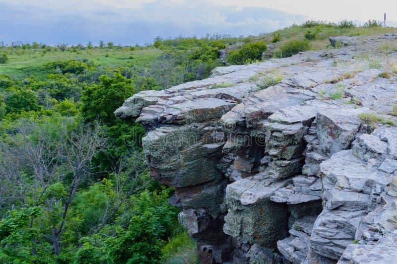 Paisaje del verano con el acantilado rocoso de la repisa foto de archivo libre de regalías