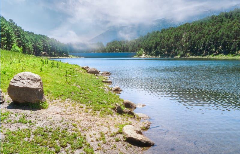 Paisaje del verano con el lago claro de la montaña foto de archivo