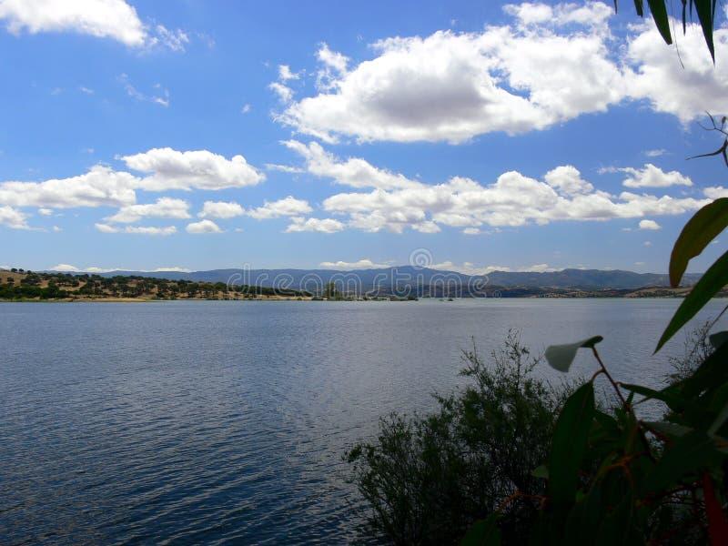 Paisaje del verano con el lago y las montañas grandes en Cerdeña fotos de archivo libres de regalías