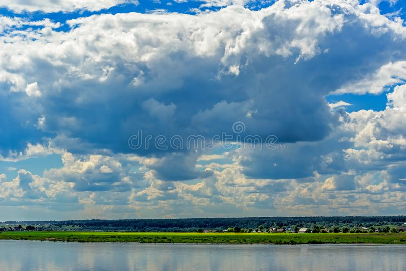 Paisaje del verano con el río imagen de archivo libre de regalías