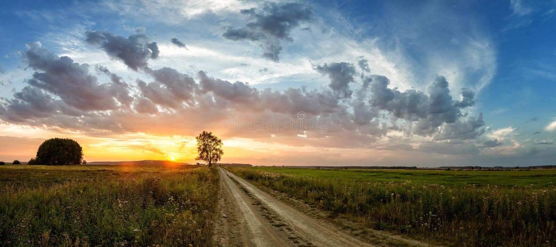 Paisaje del verano con un campo en la puesta del sol, Rusia, fotos de archivo libres de regalías