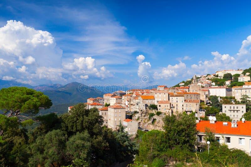 Paisaje del verano de la ciudad de Sartene, Francia imagenes de archivo