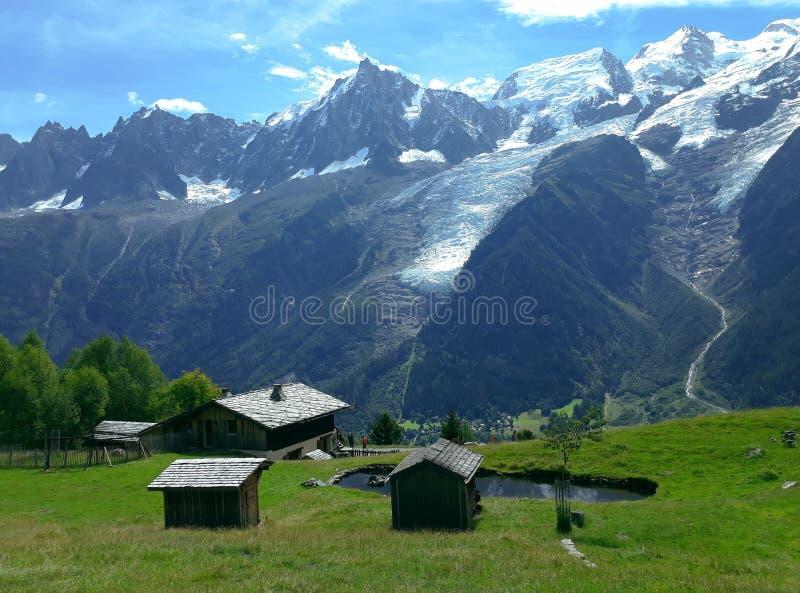 Paisaje del verano en el fondo de la montaña de la nieve de Mont Blanc en Francia imagen de archivo