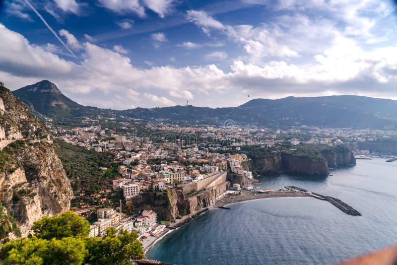 Paisaje del verano en montañas y nubes del cielo azul Cantidad de alta calidad, pequeña ciudad en la playa y rocas, olivos, camin imagen de archivo libre de regalías