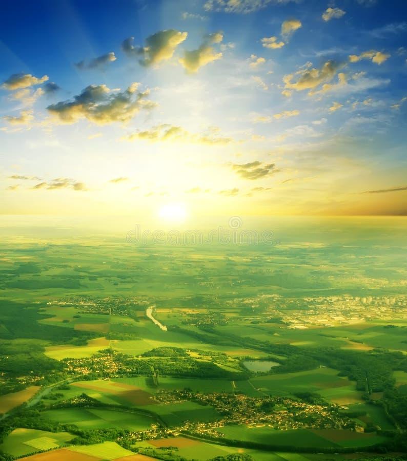 Paisaje del verano en una puesta del sol hermosa del fondo fotos de archivo