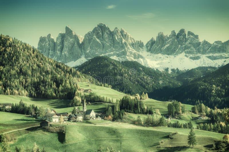 Paisaje del vintage con las montañas imagenes de archivo