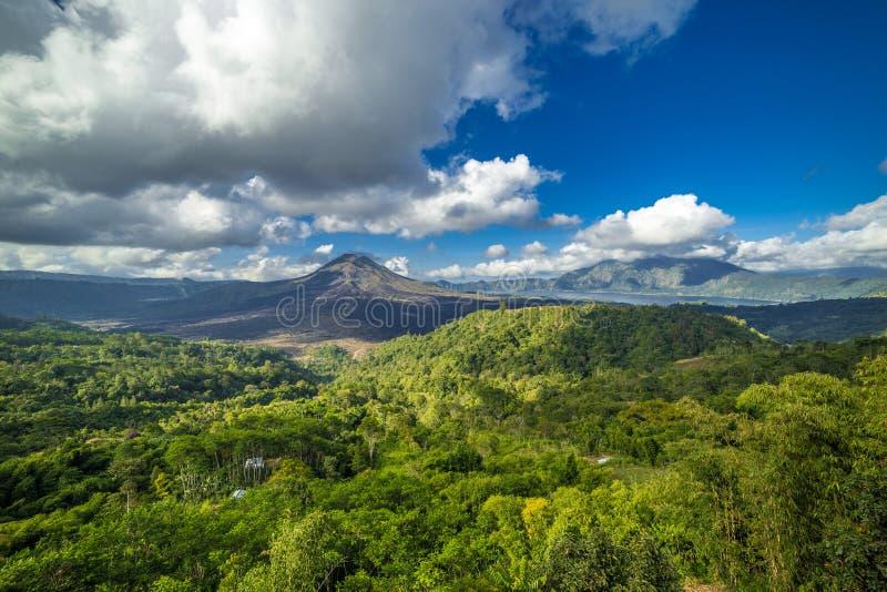 Paisaje del volcán de Gunug Batur en el día soleado en la isla de Bali, Indonesia imágenes de archivo libres de regalías