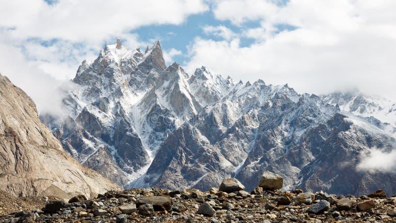 Paisaje dentado de la montaña en la gama de Karakorum imagen de archivo