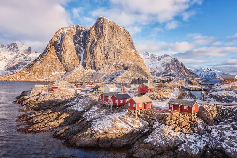 Paisaje diurno del invierno hermoso, vista del pequeño pueblo pesquero noruego Hamnoy, islas de Lofoten, Noruega imágenes de archivo libres de regalías