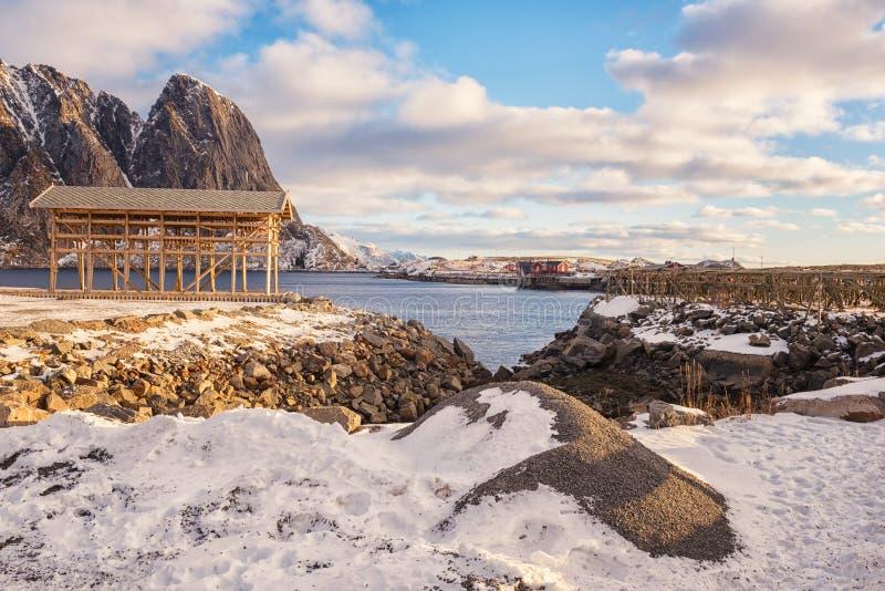 Paisaje diurno del invierno hermoso, vista del pequeño pueblo pesquero noruego Hamnoy, islas de Lofoten, Noruega fotografía de archivo