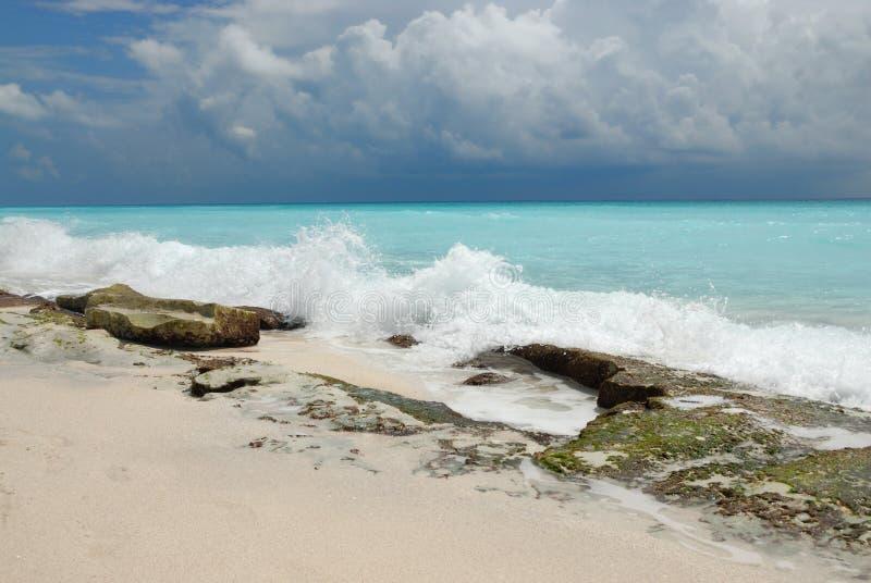Paisaje dramático de la playa fotografía de archivo libre de regalías