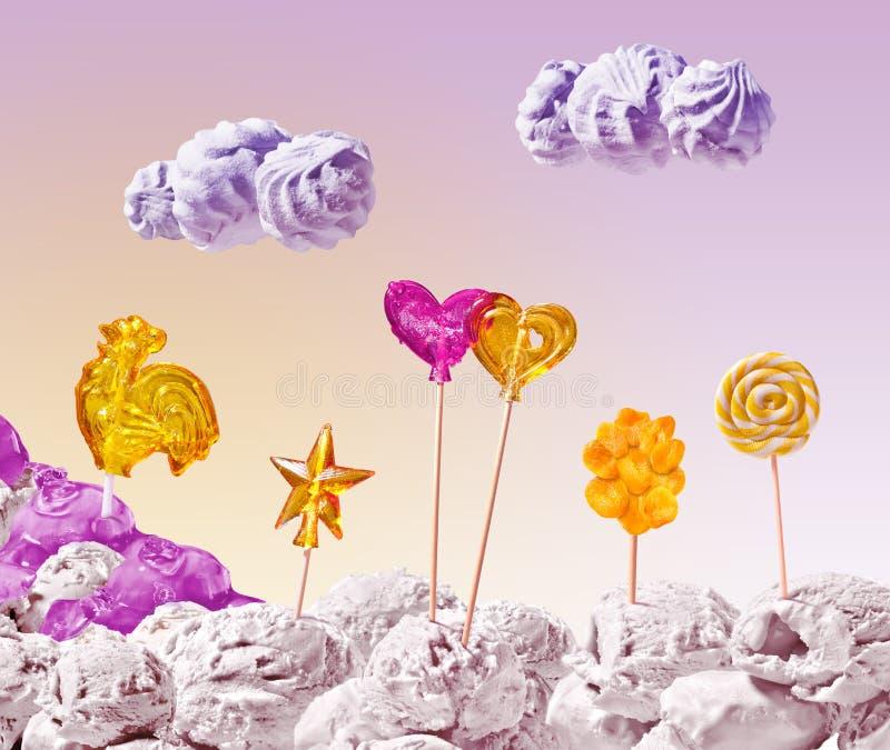 Paisaje dulce del helado y del caramelo en fondo del cielo foto de archivo
