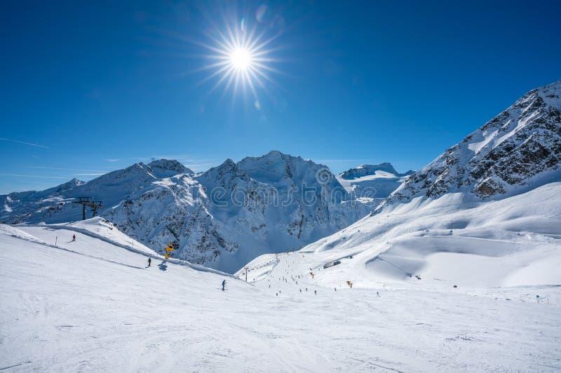 Paisaje en el invierno de montañas austríacas fotos de archivo