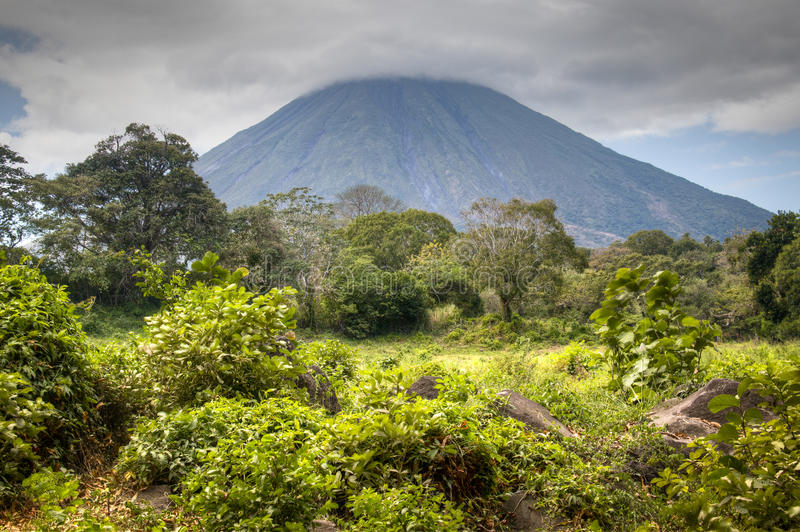 Paisaje en la isla de Ometepe con el volcán de Concepción fotografía de archivo libre de regalías