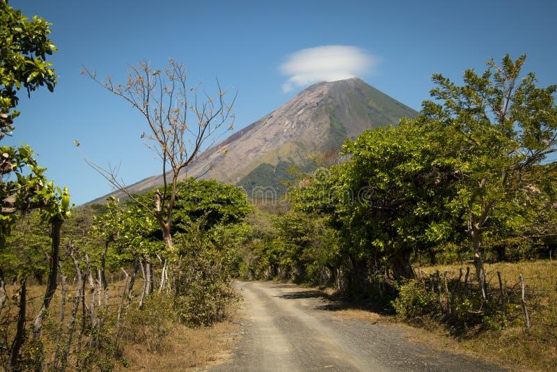 Paisaje en la isla de Ometepe con el volcán de Concepción fotografía de archivo