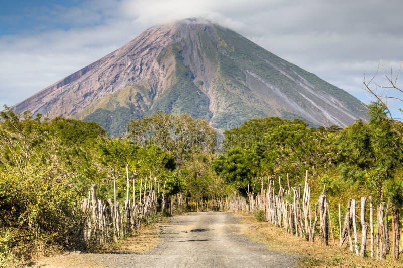 Paisaje en la isla de Ometepe con el volcán de Concepción foto de archivo