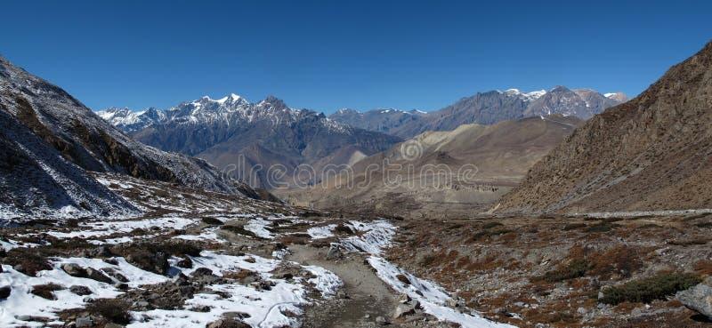 Paisaje en la manera del paso del La de Thorung a Muktinath fotografía de archivo