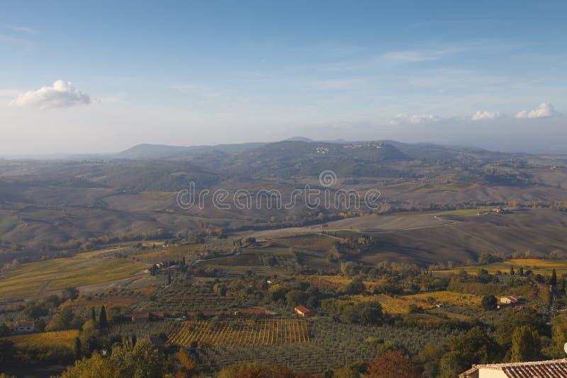 Paisaje en la niebla de la madrugada, Italia de Toscana fotografía de archivo libre de regalías