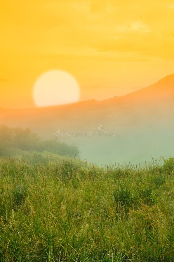 Paisaje en la puesta del sol imagenes de archivo