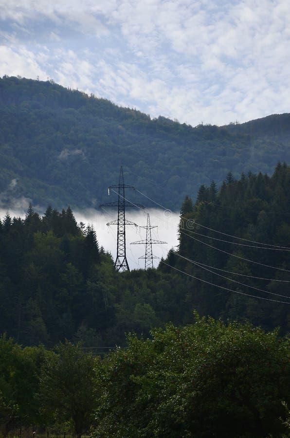 Paisaje en un área montañosa Torres con las líneas eléctricas en las montañas foto de archivo libre de regalías